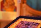 Тропарь иконе «Умягчение злых сердец» Умягчи наша злая сердца, Богородице, и напасти ненавидящих нас угаси, и всякую тесноту души нашея разреши. Hа Твой святый образ взирающи, Твоим страданием и милосердием о нас умиляемся и раны Твоя лобызаем, стрел же наших, Тя терзающих, ужасаемся. Не даждь нам, Мати благосердная, в жестокосердии нашем и от жестокосердия ближних погибнути, Ты бо еси воистину злых сердец Умягчение