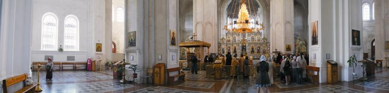 Крестовоздвиженский собор был освящен в 1913 году. Он вмещает до 4000 верующих