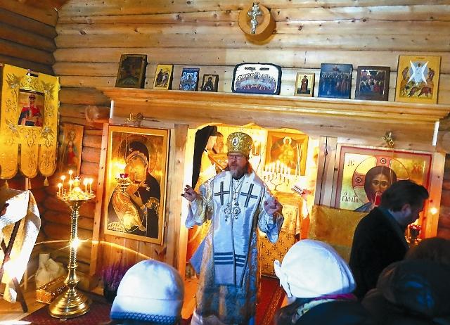 Владыка Марк совершил водосвятный молебен и малое освящение храма.
