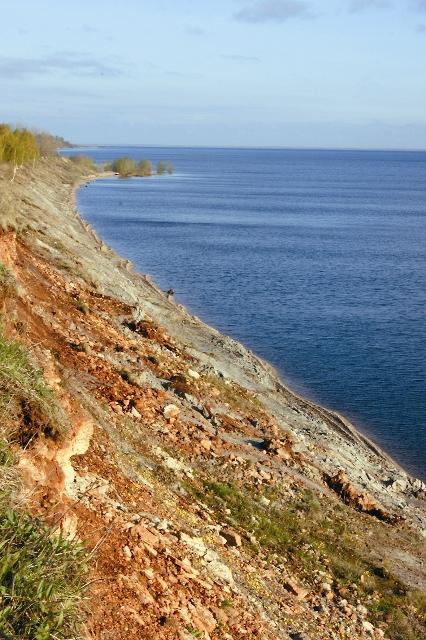 Вдоль южного берега озера Ильмень протянулся на восемь километров знаменитый Ильменский глинт – береговой обрыв-уступ высотой почти 15 метров. Это уникальный геологический музей под открытым небом, где выходят на поверхность древние породы известняка и цветные глины, образовавшиеся в доледниковый период на дне бывшего Словенского моря, как называли это озеро наши предки