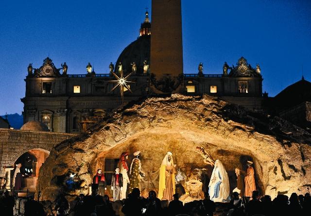 Вертеп с полноростовыми фигурами на городской площади в Италии