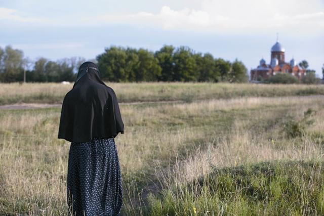 В монастырь Святой равноапостольной Марии Магдалины паломники попадают по единственной проселочной дороге