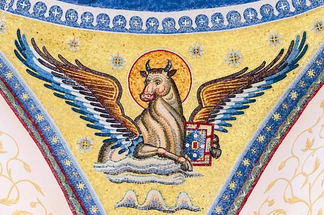 Символом евангелиста Луки является телец, который подчеркивает жертвенное, искупительное служение Спасителя.