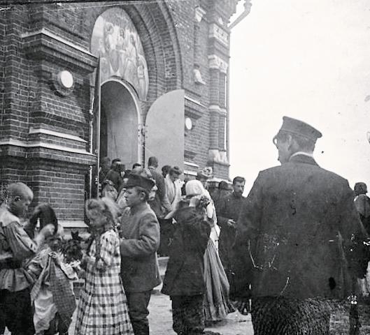 Люди, выходящие из храма после службы. 1903 г.