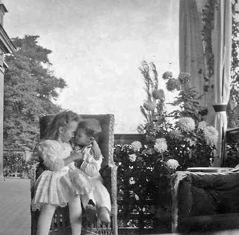 Цесаревич Алексей Николаевич с сестрой