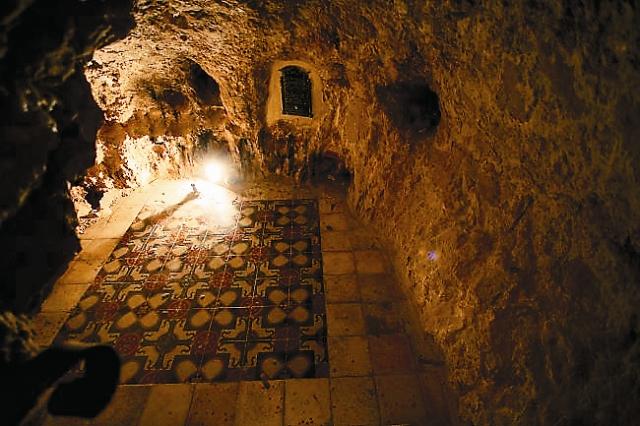 В монастыре сохранилась келья преподобного Харитона исповедника. Она такая маленькая, что находиться в ней можно только в полусогнутом положении.