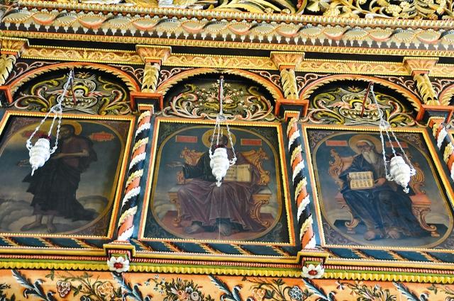за скромным серым фасадом скрываются украшенные резьбой и искусной росписью стены, величественный иконостас, выполненный одним из лучших мастеров Банской художественной школы Веляном Огневым