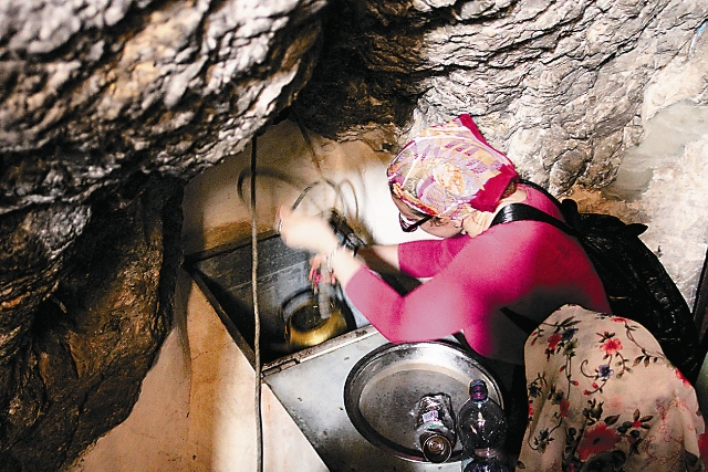Колодец с живой водойна нижнем этаже монастыря. Вода подводится из источника святого пророка Елисея в Иерихоне