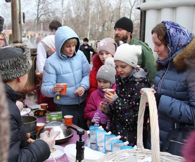 Гостей праздника угощали блинами со сгущенкой и горячим чаем