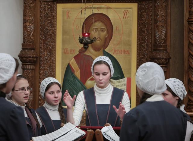Хор сестер монастыря и теперь украшает своим пением храмовые службы.