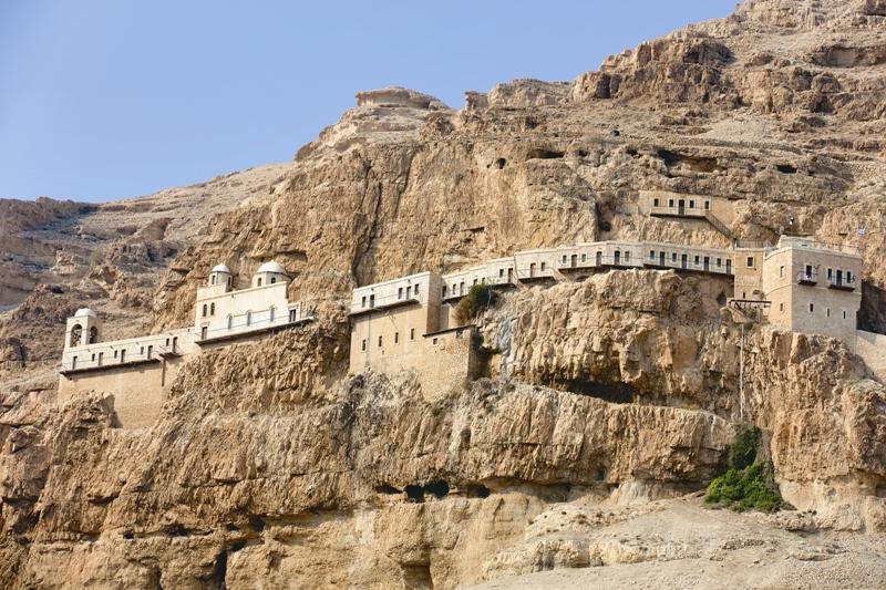 На склоне Сорокадневной горы, или горы Искушения, стоит одноименный греческий мужской православный монастырь