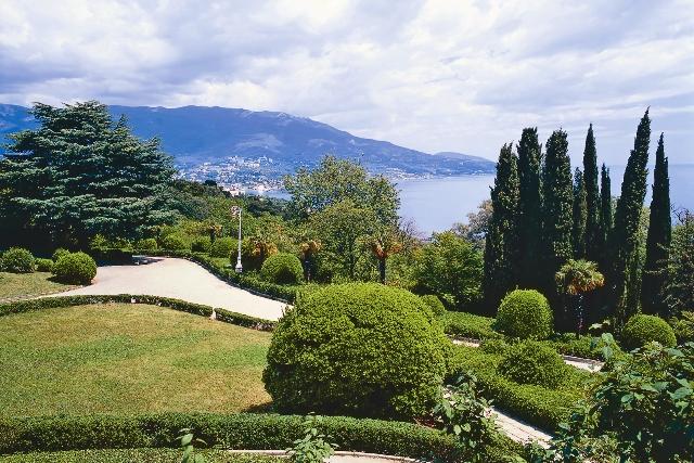 Из окон Ливадийского дворца отрывается прекрасный вид на Черное море и живописный парк