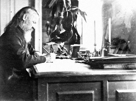 Священномученик Анатолий Правдолюбов за работой