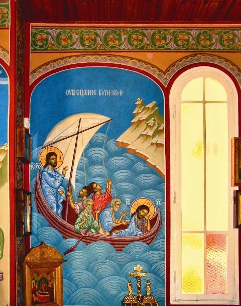 К Пасхе 1997 года московский художник Ярослав Добрынин расписал храм в византийском стиле