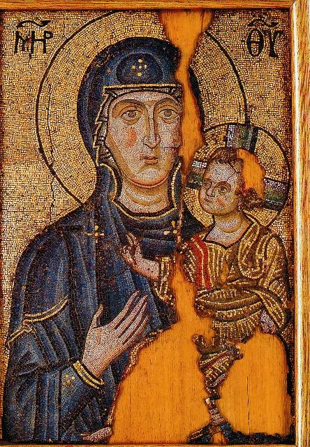 Во Влахернском храме хранятся две старинные иконы Божией Матери. Обе называются «Одигитрия» («путеводительница»). Одна из них привела в храм слепцов, и они в нем прозрели