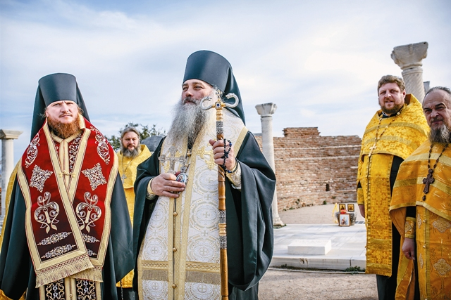Епископ Барнаульский и Алтайский Сергий, епископ Горно-Алтайский и Чемальский Каллистрат на молебне на месте захоронения Иоанна Богослова