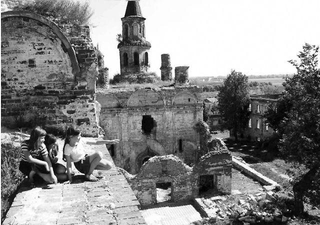 Владычний монастырь в 1995 году. Вид с Георгиевского храма