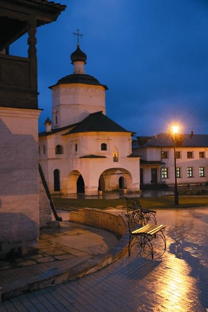 Старицкий монастырь вечером