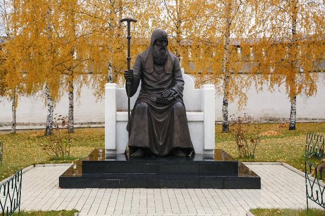Памятник первому Патриарху Московскому и всея Руси Иову в Старицком монастыре