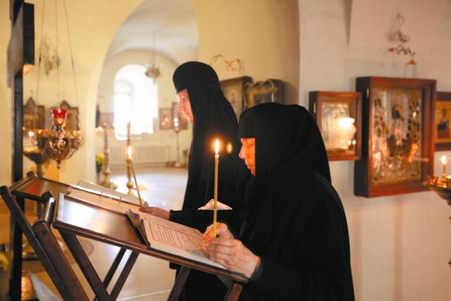 Монахини за молитвой