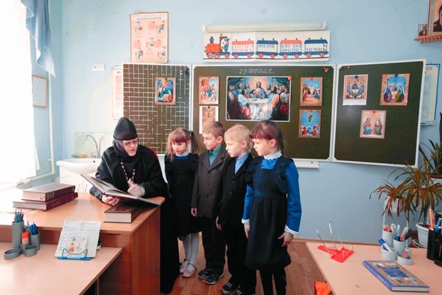 Игумения Алексия со школьниками