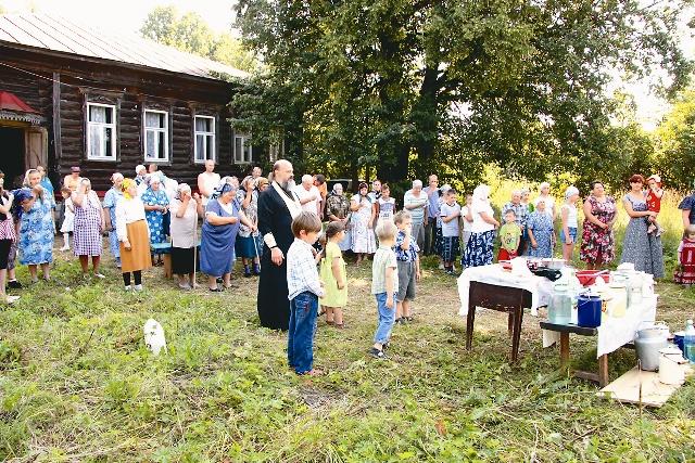 Протоиерей Михаил Анатольевич служит молебен перед храмом своего деда священномученика Михаила Дмитрева. Село Селищи. 2009 год