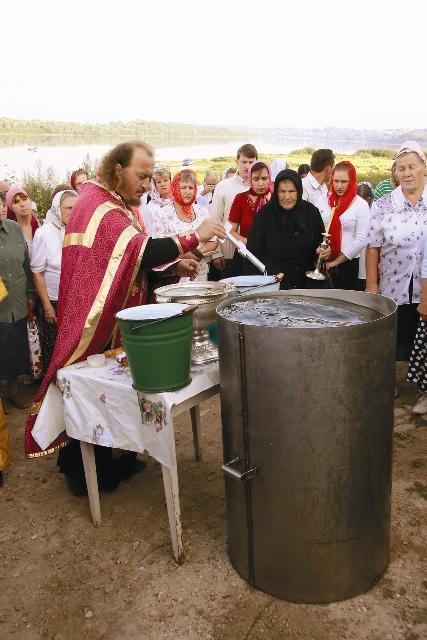 Внук отца Сергия (исповедника) протоиерей Симеон Правдолюбов освящает воду у Ильинского источника в Касимове на берегу Оки. 2009 год.