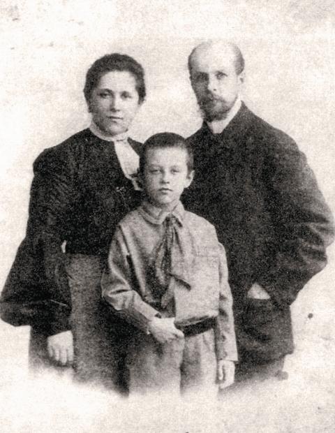 Василий и Ольга Муравьевы со своим сыном Николаем. Около 1905 г.