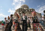 Национальный праздник на площади перед собором Александра Невского