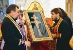 Даже за стеклом музейной витрины святыня представ- ляла угрозу гоните- лям веры