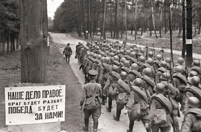 Песня, поднявшая всю страну «на смертный бой», была написа- на на четвертый день войны