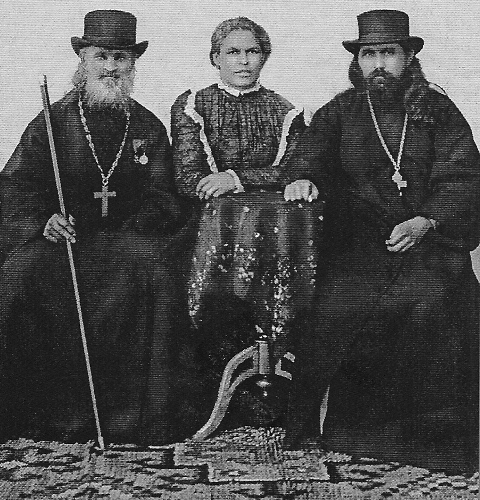 Отец Иоанн и священник Георгий Маккавеев с супругой. 1905-1906 гг.
