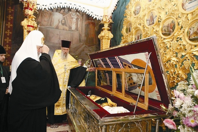 Патриарх Кирилл у мощей святителя Луки в Троицком соборе