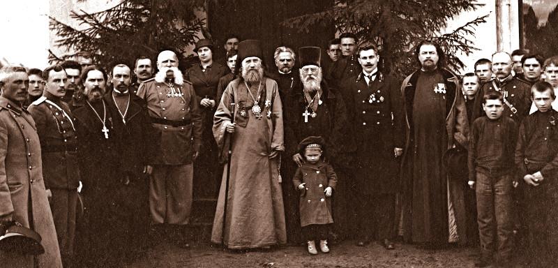 Святитель Тихон с духовенством и паствой. Архивное фото