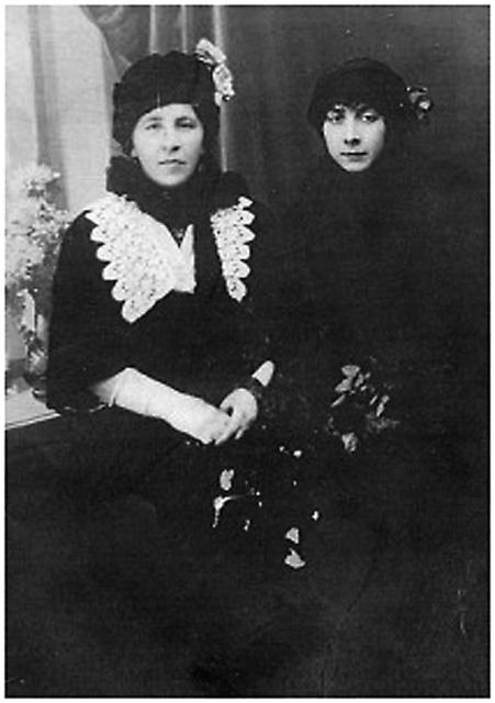 Бабушка и мать Василия Васильевича  Юрицына. Фото из семейного альбома
