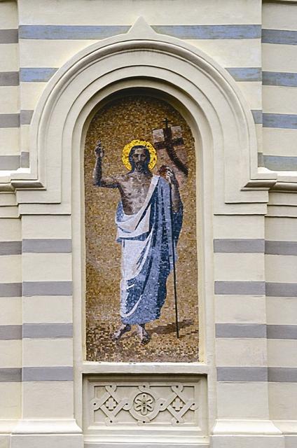 Мозаика на фасаде алтарной апсиды. Автор А.И. Петрова, 2004 г.