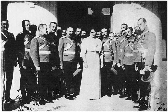 Александра Федоровна с офицерами Уланского полка в Ливадии. В.Т. Юрицын четвертый слева. Фото из  семейного альбома
