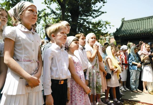 Прихожане успенской православной общины Пекина встречают патриарха Кирилла в мае 2013 г.