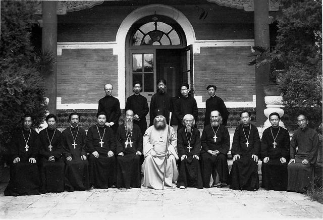 Архиепископ  Виктор (Святин) с духовенством и работниками молочной фермы на территории  РДМ. Начало1950-г годов