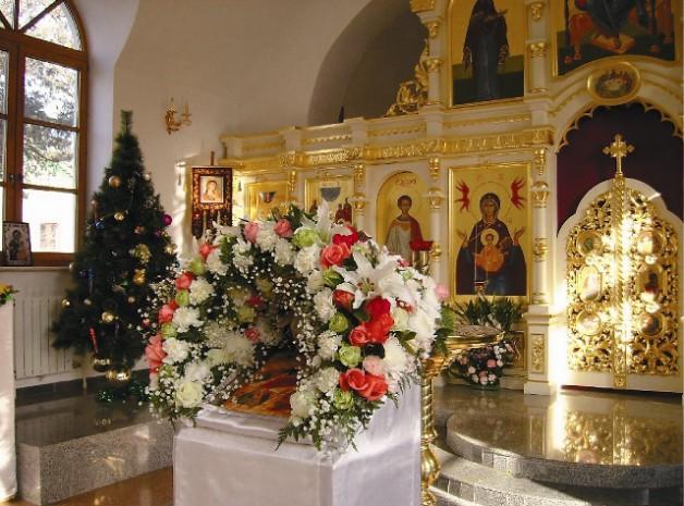Праздничное украшение храма к Рождеству Христову