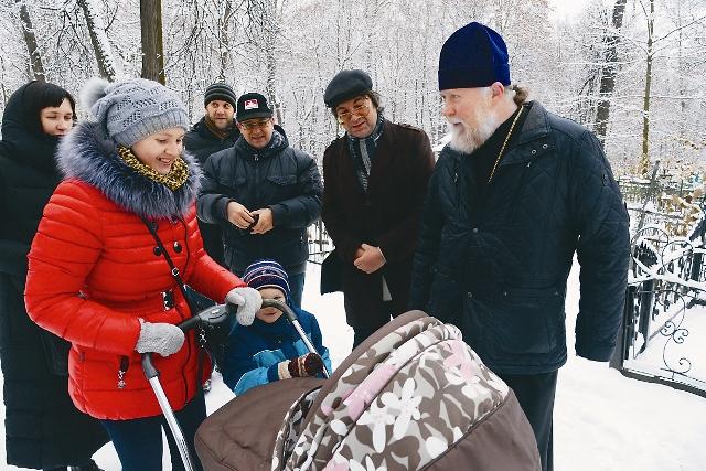 Протоиерей Сергий Фестинатов с прихожанами