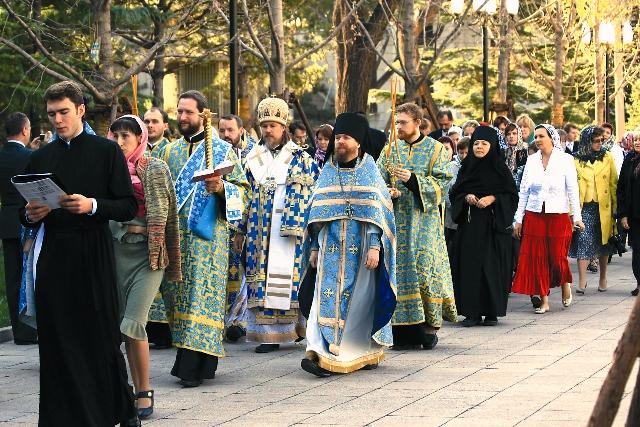 Крестный ход во время освящения Успенского храма 13 октября 2013 г. Возглавил архиепископ Егорьевский Ммарк (Головков)
