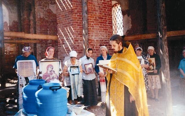 Первые молебны в восстановленном Никольском храме