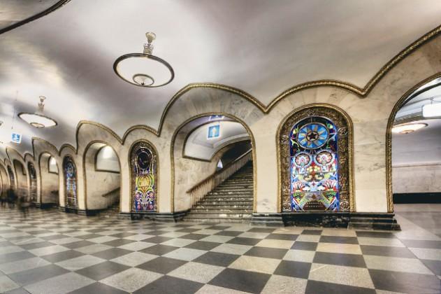 Красочные мозаичные панно можно также увидеть на станциях «Смоленская» и «Павелецкая». И, наконец, знаменитые витражи на станции «Новослободская».