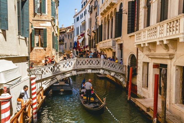 Оказавшись среди дворцов, каналов и шумного веселья многоязычной толпы, откройте для себя иную Венецию