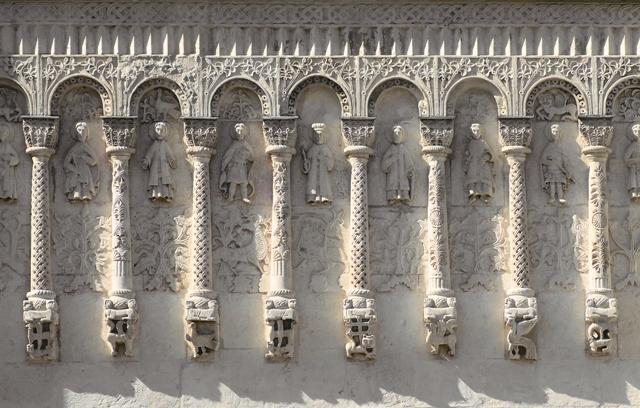 Белокаменные стены Дмитриевского собора