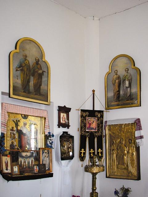 Две верхние иконы до революции украшали иконостас. местные жители спасли их от коммунистов и недавно возвратили в храм