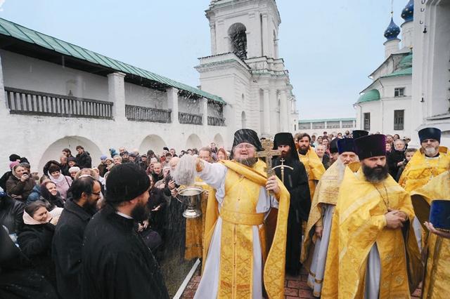 Крестный ход в день преставления святителя Димитрия, возглавляемый наместником монастыря игуменом Августином