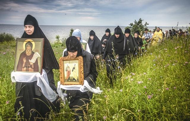 Четыре года назад был возобновлен крестный ход из Елизаровского монастыря на Талабские острова
