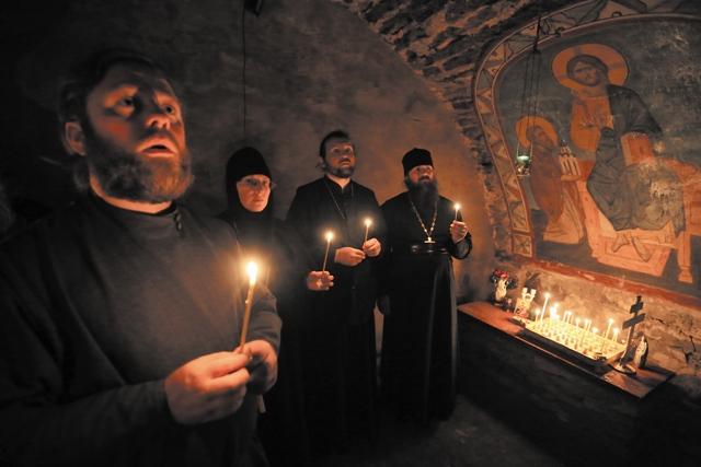 В темноте подземного храма одна за другой зажигаются свечи. Молитва здесь особенная.